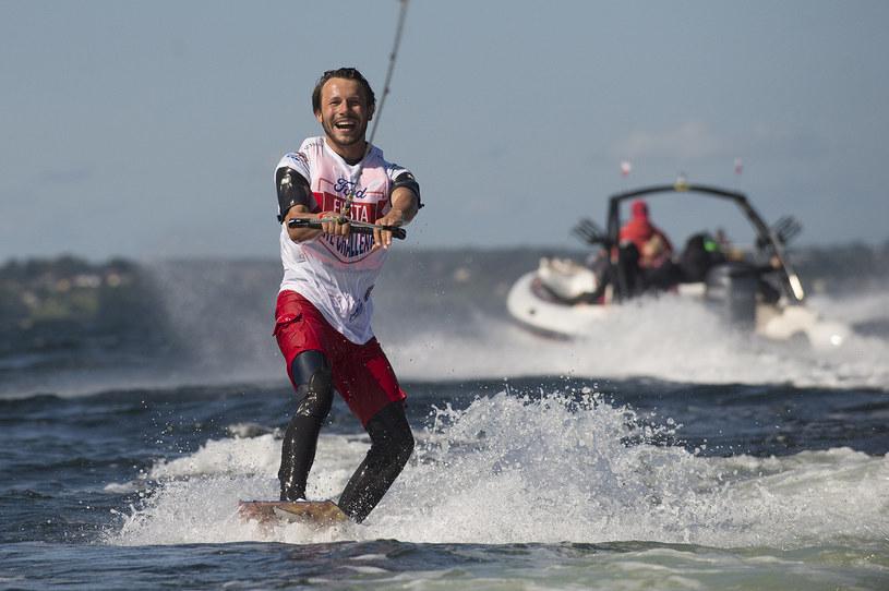 Mateusz Banasiuk znany jest z miłości do sportów wodnych - jest świetnym pływakiem! /materiały prasowe