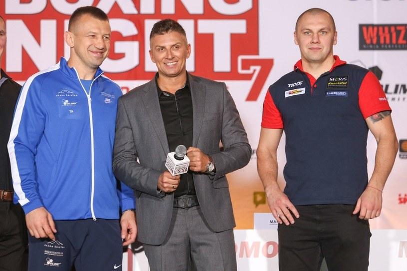 Mateusz Borek (w środku) w towarzystwie Tomasza Adamka (z lewej) i Krzysztofa Głowackiego /Tomasz Radzik /East News