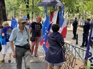 Mateusz Kijowski wśród protestujących przed Trybunałem Konstytucyjnym