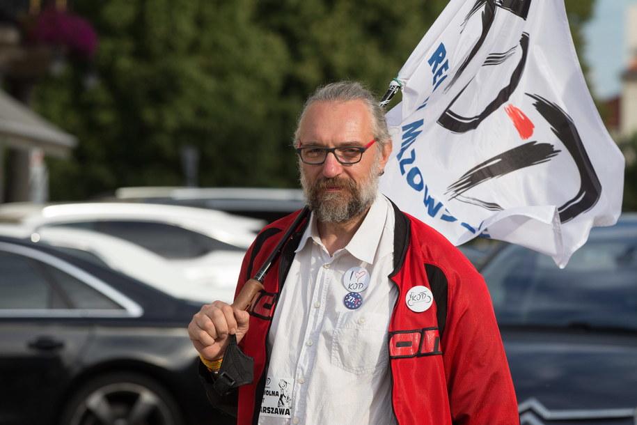 Mateusz Kijowski z flagą KOD-u podczas jednej z lipcowych demonstracji przeciwko PiS-owskim zmianom w sądownictwie /Jan A. Nicolas/DPA /PAP