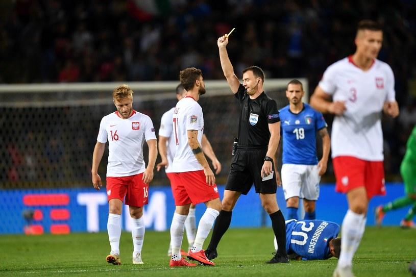 Mateusz Klich (C) otrzymuje żółtą kartkę podczas meczu z Włochami /Bartłomiej  Zborowski /PAP