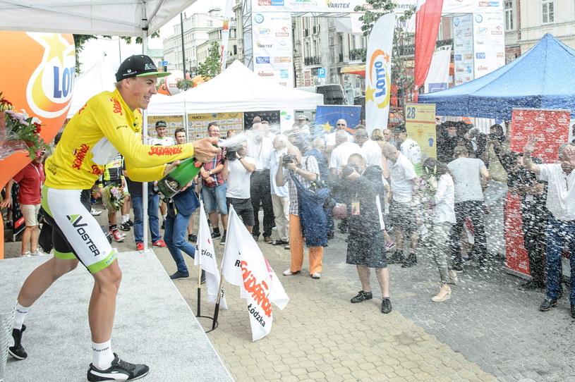 Mateusz Komar (L) z Voster Uniwheels Team fetuje wygraną w klasyfikajci generalnej 28. Międzynarodowego Wyścigu Kolarskiego Solidarności i Olimpijczyków /Wojciech Pacewicz /PAP