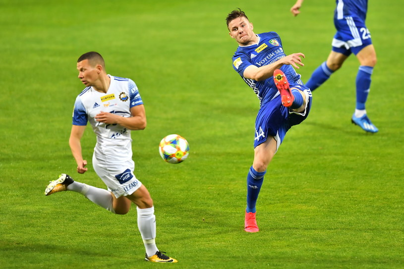 Mateusz Mak (w białej koszulce) i Adam Chrzanowski w meczu Miedź Legnica - Stal Mielec /PAP/Maciej Kulczyński  /PAP