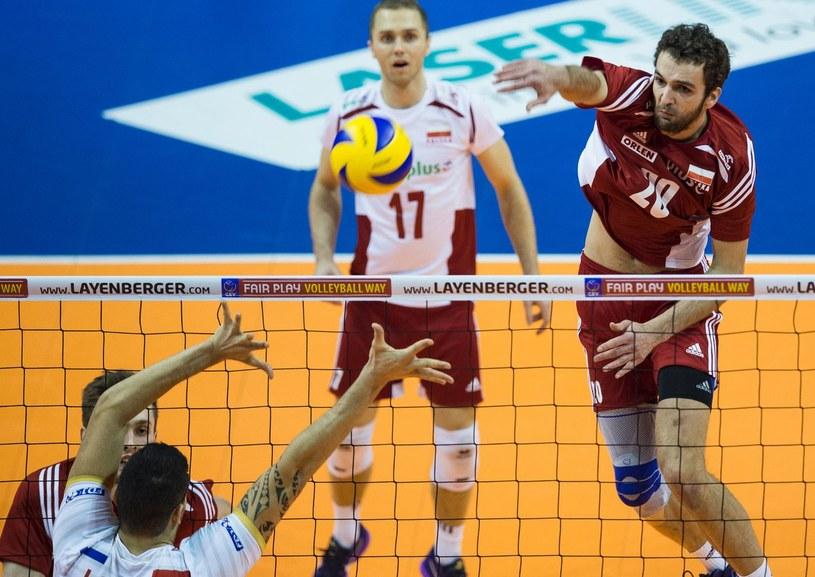 Mateusz Mika (pierwszy z prawej) w akcji w meczu reprezentacji Polski /AFP