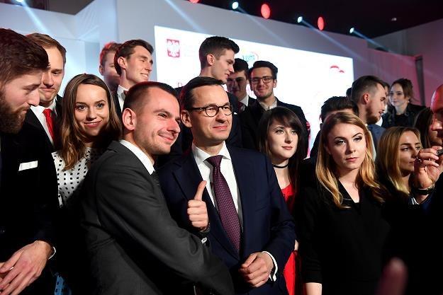 """Mateusz Morawiecki (C) i młodzież podczas gali programu stypendialnego """"100 na 100"""" /INTERIA.PL"""