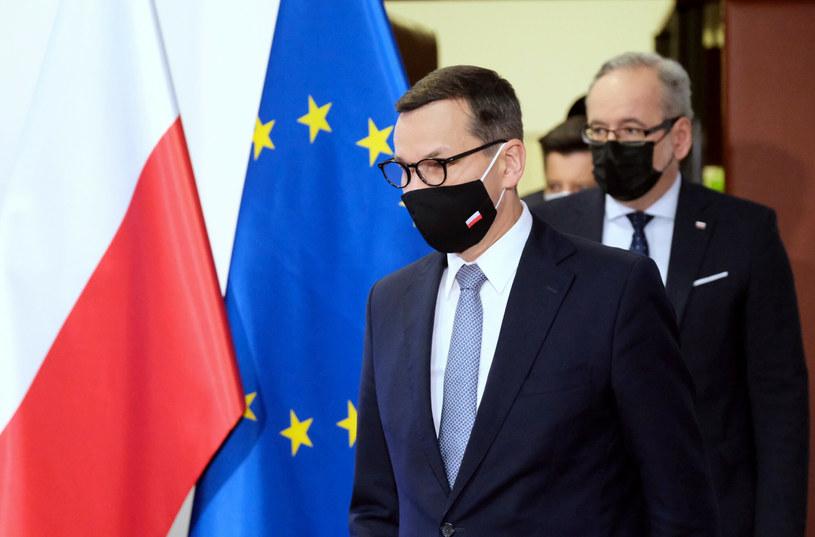 Mateusz Morawiecki i Adam Niedzielski w drodze na piątkową konferencję /Mateusz Grochocki /East News