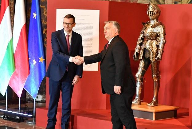 Mateusz Morawiecki i Viktor Orban podczas uroczystości przekazania zbroi /Art Service 2 /PAP