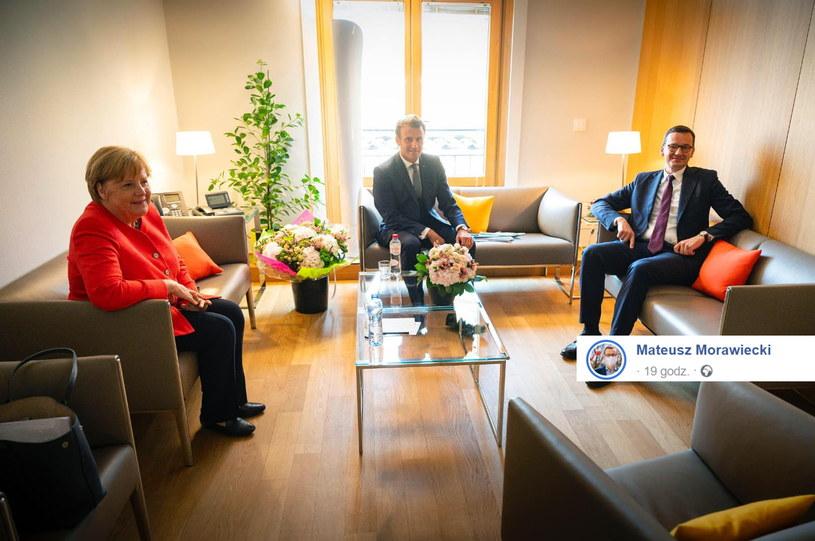 Mateusz Morawiecki na spotkaniu z Angelą Merkel i Emanuelem Macronem. /Facebook /