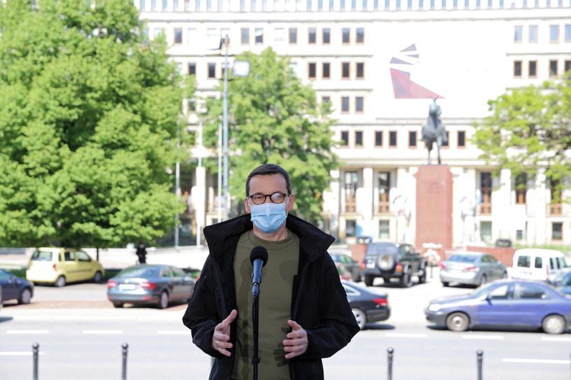 Mateusz Morawiecki podczas konferencji prasowej przed budynkiem Śląskiego Urzędu Wojewódzkiego w Katowicach /Andrzej  Grygiel /PAP