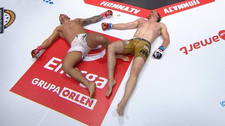 Mateusz Murański (z lewej) i Epic Cheat Meal po walce byli wyczerpani /printscreen/polsatsport.pl /Polsat Sport