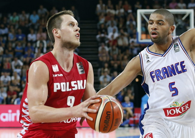 Mateusz Ponitka (z piłką) /PAP/EPA