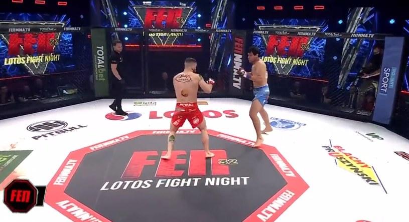 Mateusz Rębecki (z lewej) pokonał Jose Barriosa i obronił pas mistrzowski w wadze lekkiej /printscreen/Polsat Sport /Polsat Sport