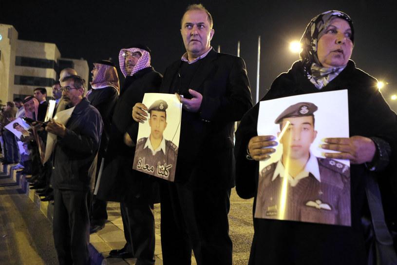 Matka i bliscy spalonego pilota /AFP