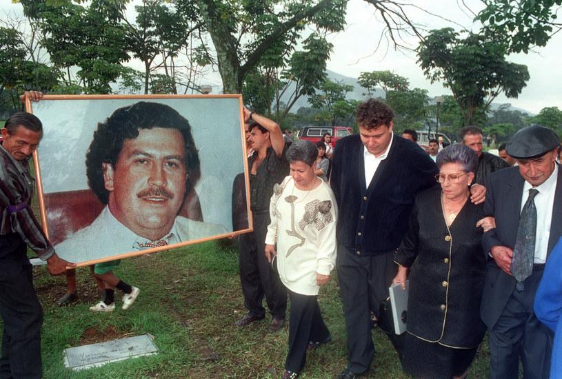 Matka i przyjaciele idą do grobu Escobara w pierwsza rocznicę jego śmierci /GUILLERMO TAPIA /AFP