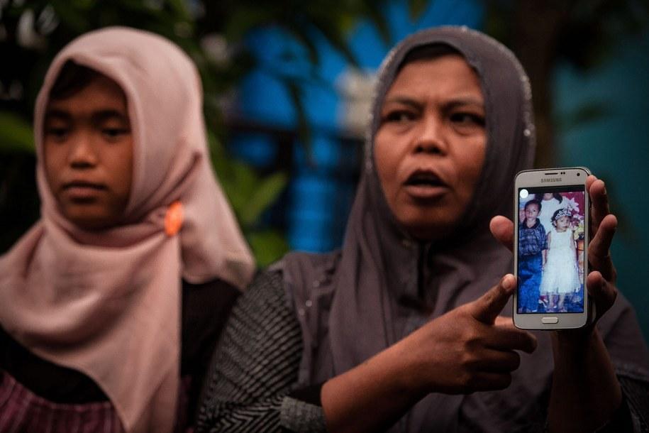 Matka Jannah pokazuje zdjęcie czteroletniej córki /Achwa Nussa (PAP/EPA) /PAP/EPA