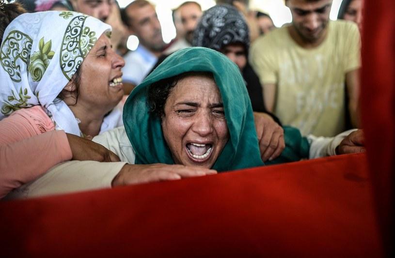 Matka opłakuje śmierć syna po jednym z zamachów na południu Turcji dokonanych przez tzw. Państwo Islamskie /AFP