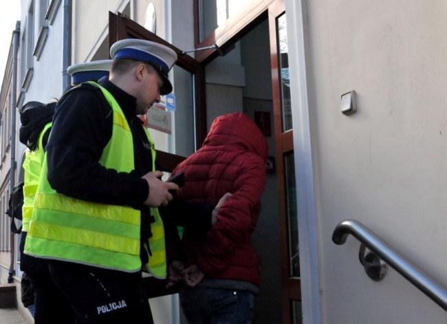 Matka poparzonej 5-latki doprowadzana przez policję /Marcin Bielecki /PAP/EPA