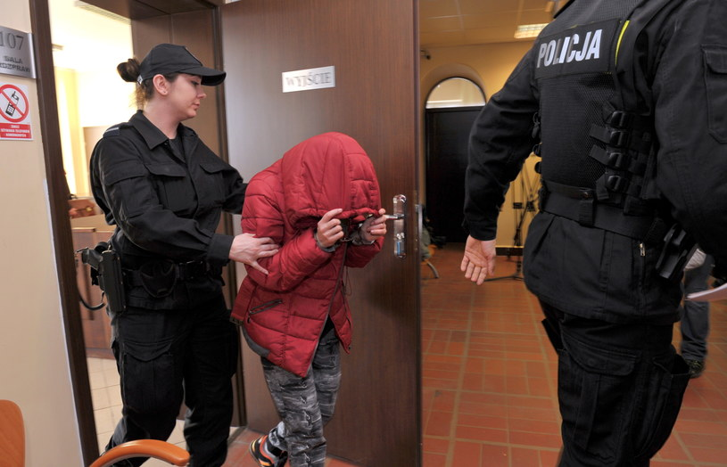 Matka poparzonej pięciolatki doprowadzana na posiedzenie aresztowe /Marcin Bielecki /PAP