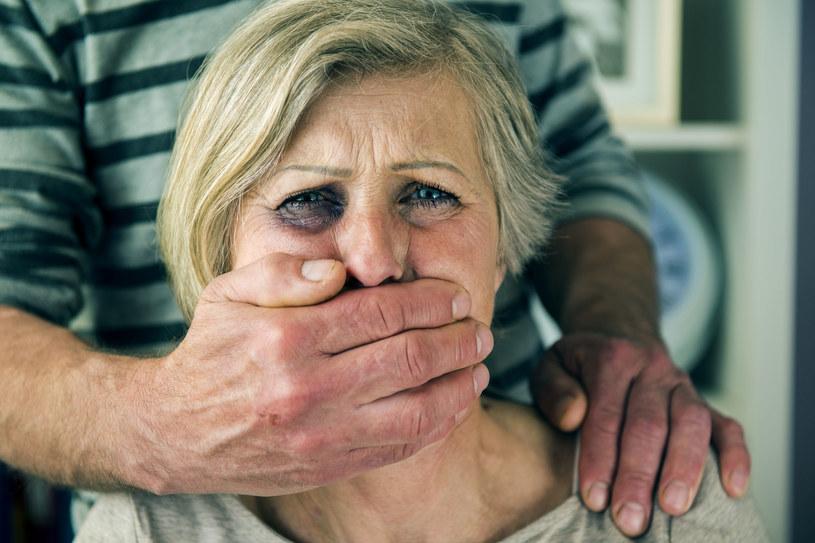 Matka się nie przyzna, że syn ją bije /123RF/PICSEL