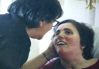Matka Terri przy łóżku córki /AFP