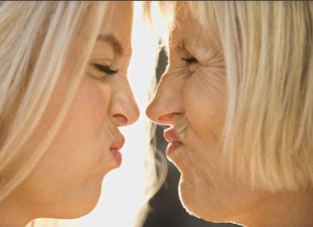 Matki i córki starzeją się podobnie /ThetaXstock