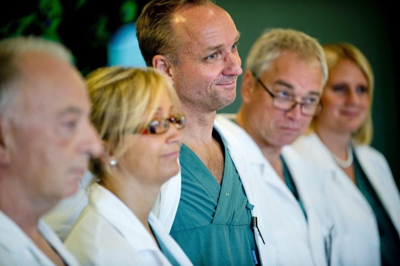 Mats Brännström (trzeci od lewej) - lekarz odpowiedzialny za sukces /PAP/EPA