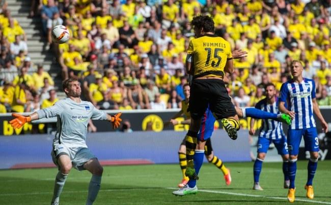 Mats Hummels strzela gola dla Borussii /BERND THISSEN /PAP/EPA
