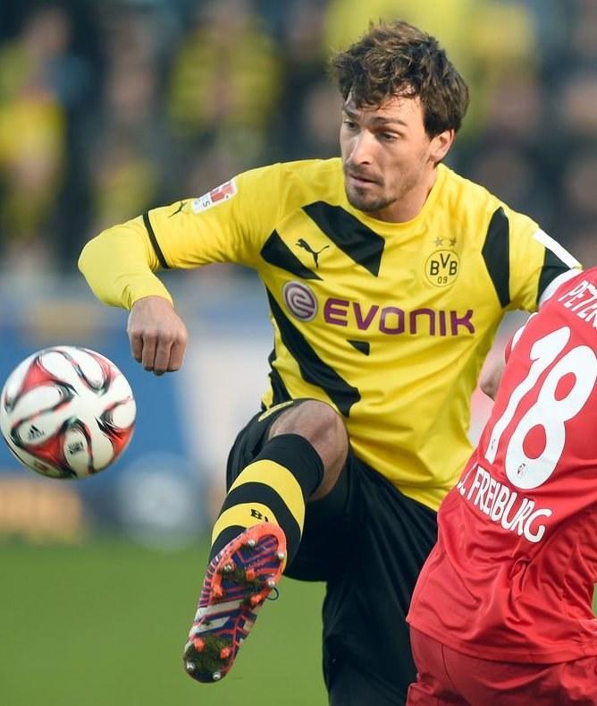 Mats Hummels z Borussii Dortmund zajmuje wysokie miejsce na liście życzeń Louisa van Gaala /AFP