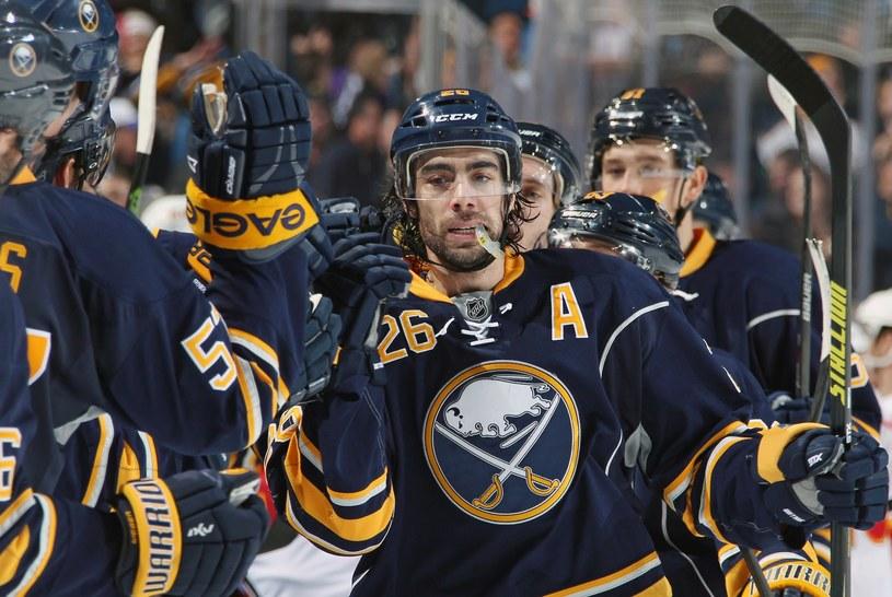Matt Moulson cieszy się z kolegami z Buffalo Sabres /AFP