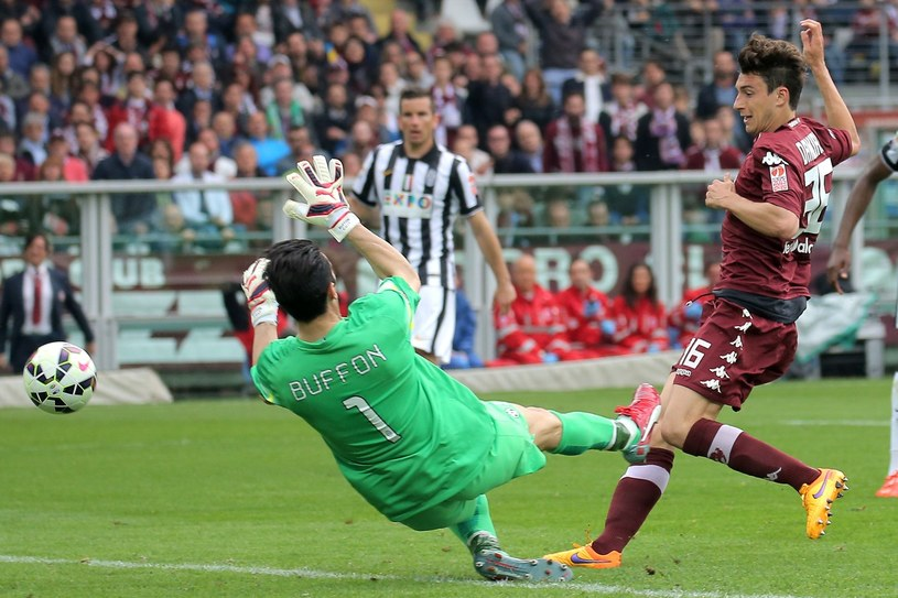 Matteo Darmian pokonuje Gianluigiego Buffona z Juventusu /AFP