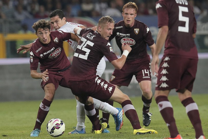 Matteo Darmian (z lewej) osłabił obronę Torino dowodzoną przez Kamila Glika (w środku) /MARCO BERTORELLO /AFP