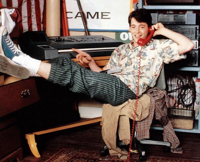 """Matthew Broderick w scenie z filmu """"Wolny dzień Ferrisa Buellera"""" /materiały prasowe"""