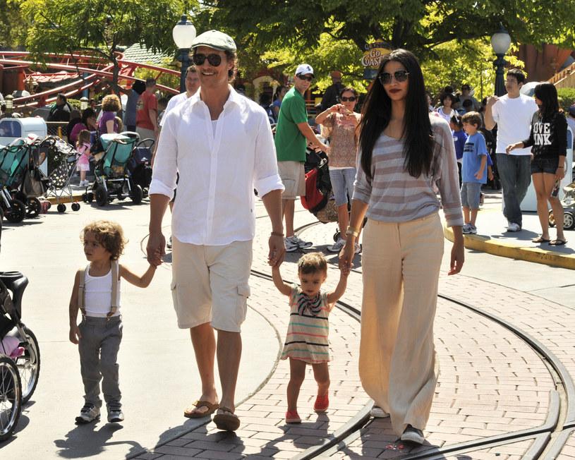 Matthew McConaughey i Camila Alves z córką i synem /Getty Images