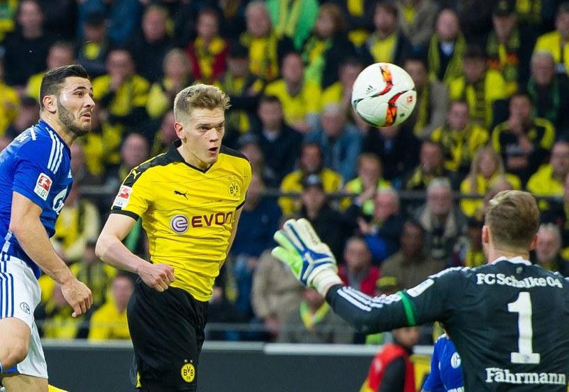 Matthias Ginter strzela gola w meczu z Schalke /PAP/EPA