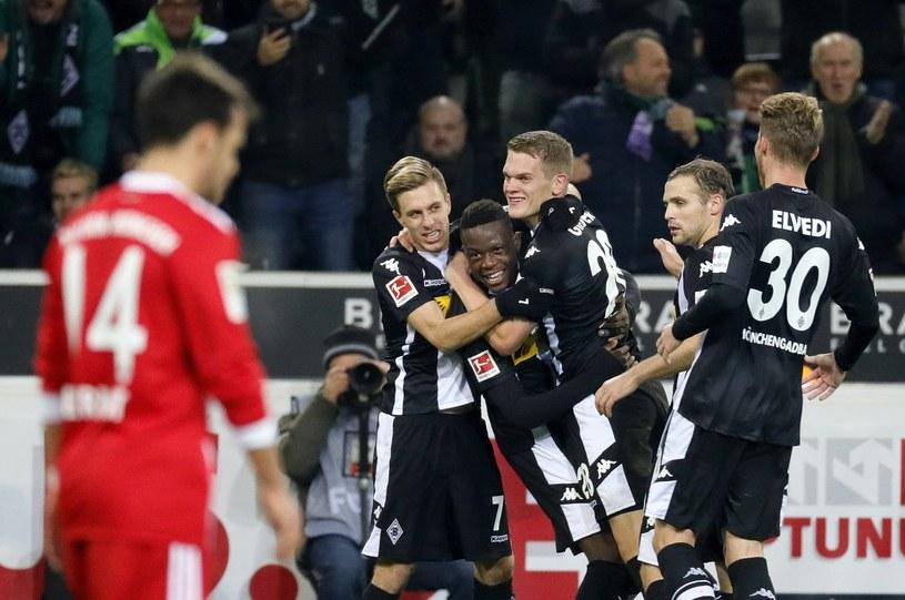 Matthias Ginter (w środku) cieszy się z gola dla Borussii w meczu z Bayernem /PAP/EPA