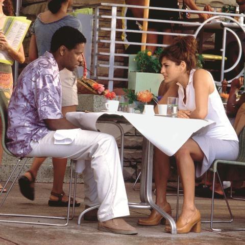 Matthiasowi (Denzel Washington) trudno pogodzić się z awansem żony Alex  (Eva Mendes). /Mat. Prasowe