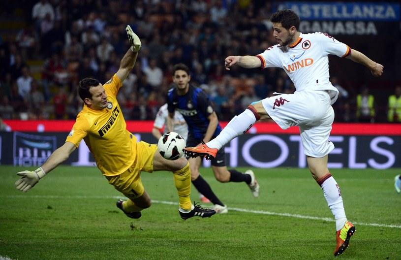 Mattia Destro strzela gola dla Romy w meczu z Interem /AFP