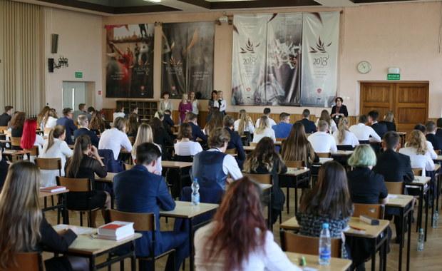 Matura 2019. Egzamin przerwany w jednej szkole, w 57 opóźniony. Powodem fałszywe alarmy