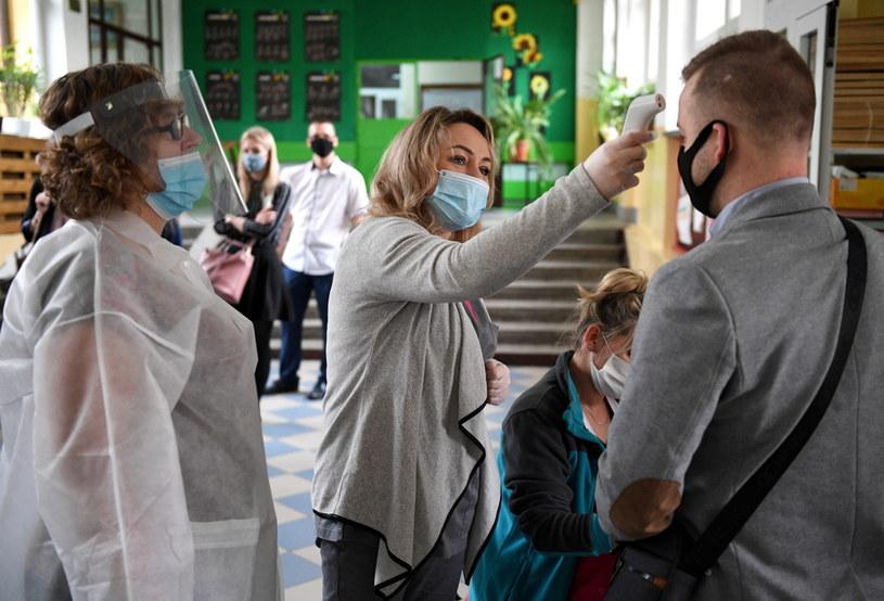 Matura 2020 odbywa się w szczególnym rygorze sanitarnym; zdjęcie ze szkoły w Przemyślu /Darek Delmanowicz /PAP
