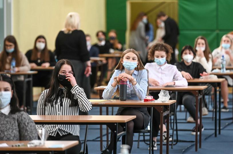 Matura 2021 z języka angielskiego; maturzyści zdają egzaminy w reżimie sanitarnym /Karolina Misztal /Reporter