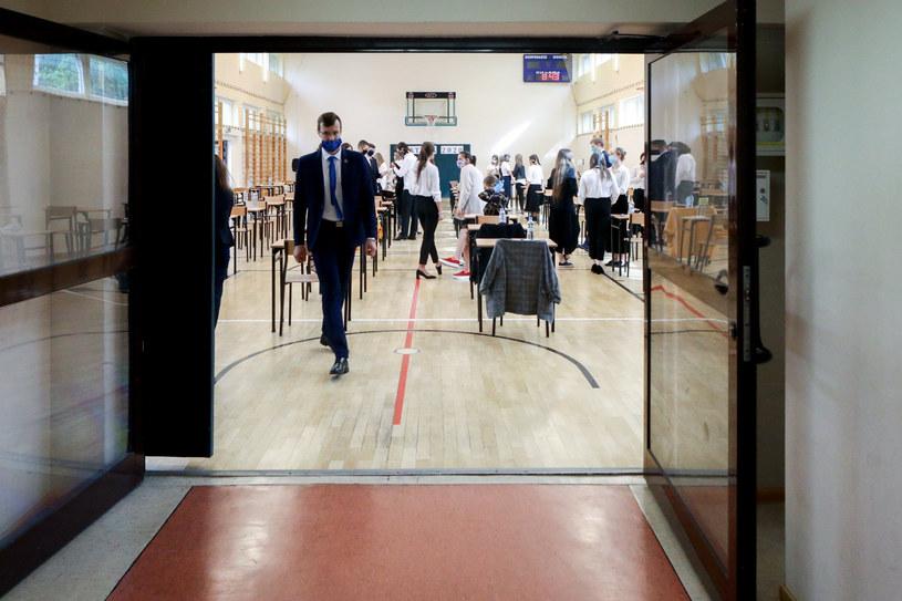 Matura odbywa się w specjalnym reżimie sanitarnym w związku z koronawirusem /Fot Tomasz Jastrzebowski /Reporter