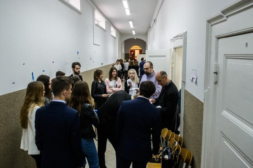 Maturzyści przed egzaminem; zdj. ilustracyjne /Mateusz Ochocki /Reporter