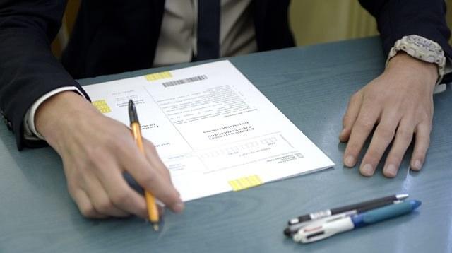 Maturzysta w trakcie pisania egzaminu /Darek Delmanowicz /PAP