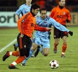 Matuzalem i Danny Landzaat walczą o piłkę. Szachtar-Alkmaar 1:3 /AFP