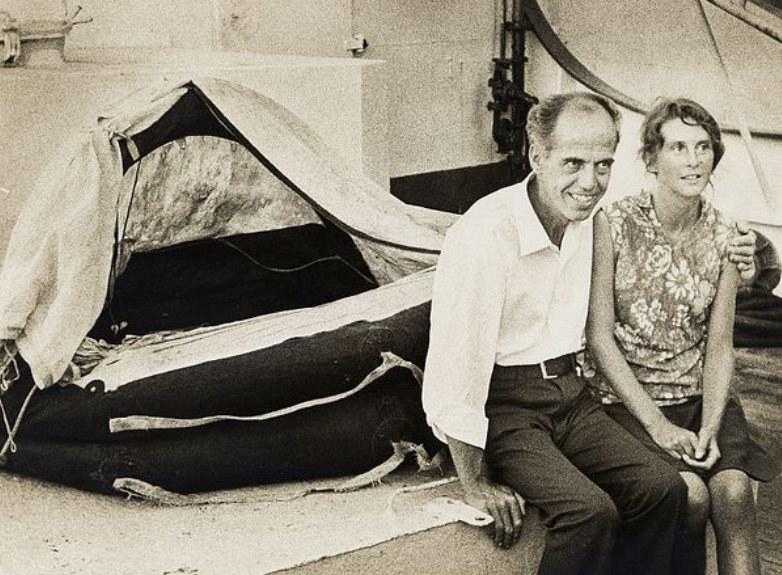 Maurice i Maralyn na tle tratwy, w której dryfowali przez ocean /materiały prasowe