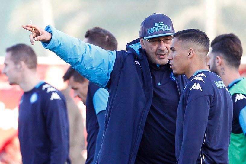 Maurizio Sarri instruuje pomocnika Allana. /AFP