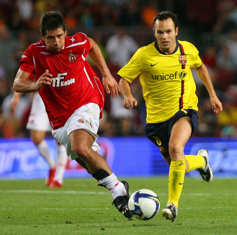 Mauro Cantoro (z lewej) i Andres Iniesta podczas meczu Wisły Kraków z FC Barcelona /JOSEP LAGO /AFP