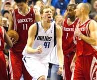 Mavs - Rockets 103:100. Radość Dirka Nowitzkiego mówi sama za siebie /AFP