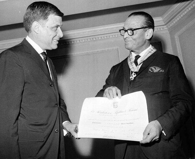 Max Jacobson przyjmujący podziękowania od ambasadora Panamy Eusebio A. Moralesa (1966 rok) /Associated Press /East News