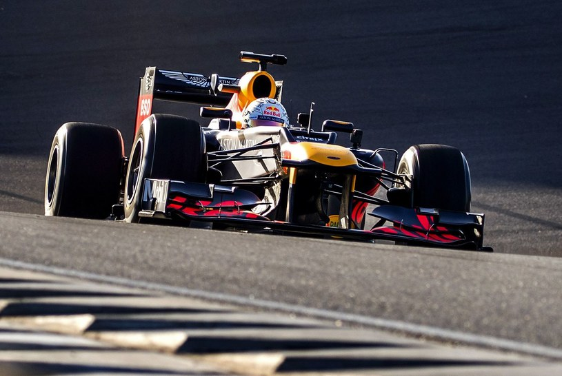 Max Verstappen w swoim bolidzie F1 /AFP